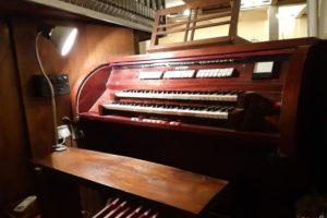 Demontaż organów z dolnego kościoła